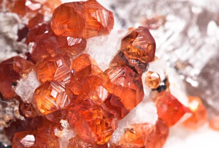 Der rote Granat bedeutet Kraft und Leidenschaft. Doch so faszinierend die Schönheit dieser Steine ist, so interessant ist auch der Charakter der ihnen zugesprochen wird.