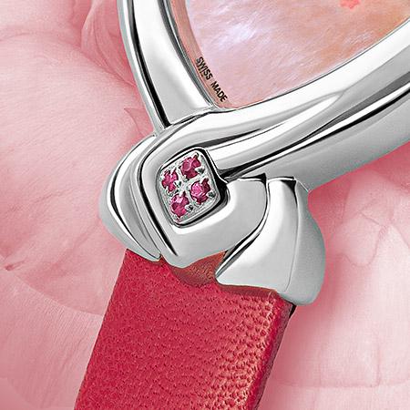 Anae, montre Delance en acier pour une femme. Cadran de nacre rose décoré d'une fleur rose. 4 saphirs à 6 heures et un bracelet de cuir rose fuschia Swissmade, étanche, garantie 5 ans