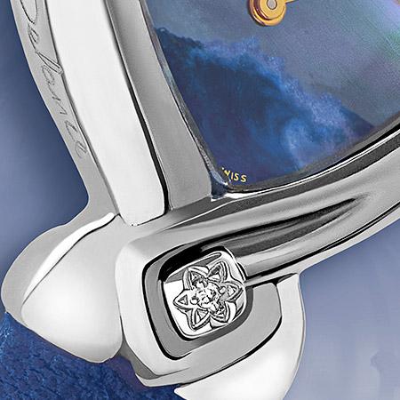 Bo, une montre en acier avec un cadran de nacre bleue décorée d'une vague peinte à la main, d'un diamant à 6 heures et d'un bracelet bleu nuit. Etanche et antichoc, Swissmade
